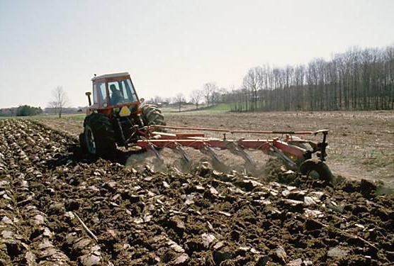 Вспашка земли трактором: виды и преимущества
