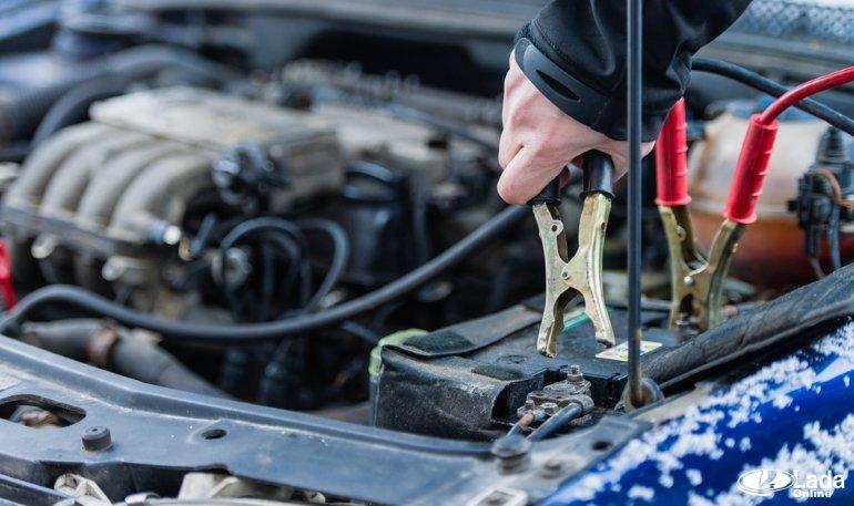 Как прикурить автомобиль с севшим аккумулятором